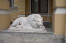 Лев, смещенный с клумбы