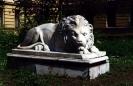 Лев на клумбе